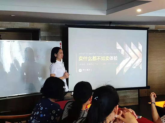 培训部经理何玉凤女士为大家《雨兰喜文化》服务